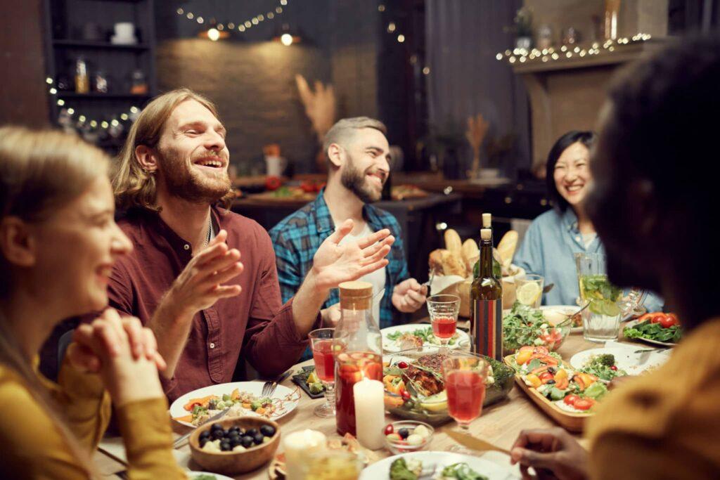 Cenas familiaras con planchas de cocina, raglettes la mejor manera de socializar. Te mostramos cual es la plancha electrica cocina que tienes que comprar.
